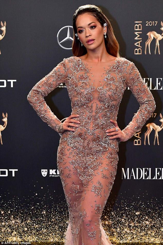 Stunner!  Rita Ora, de 26 anos, certamente aumentou o glamour na quinta-feira, quando chegou à cerimônia de premiação BAMBI em 2017, em Berlim, na Alemanha, vestida com um vestido embelezado em penas semi-sheer
