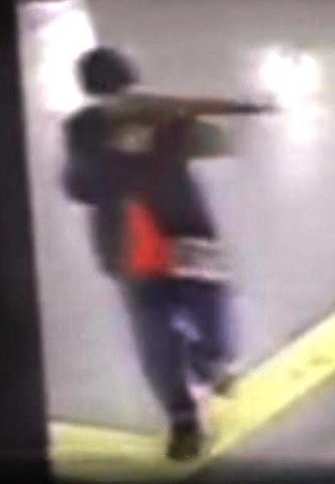 Um dos três terroristas que atingiram no Aeroporto Ataturk da Turquia exerce um AK-47 como ele conduz sua matança