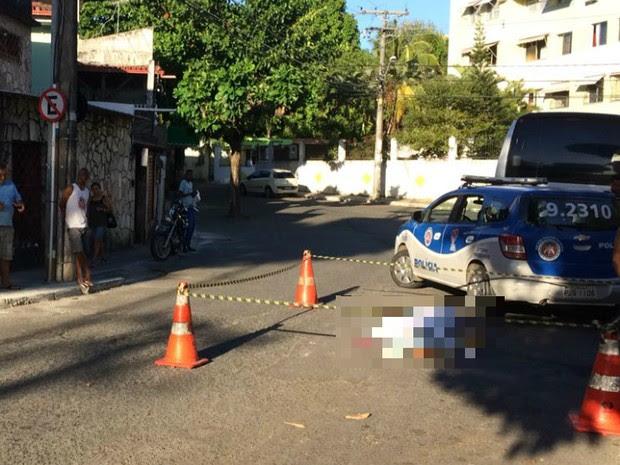 Guardado de carro é morto a tiros na Av. Silveira Martins (Foto: Giana Mattiazzi/TV Bahia)