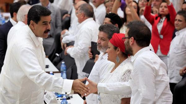 Nicolás Maduro junto a los guerrilleros de las FARC en la firma del acuerdo de paz