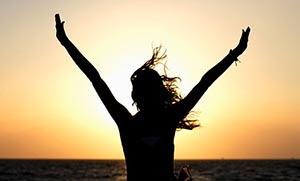 Όλοι οι άνθρωποι ερχόμαστε σε αυτόν τον κόσμο για να εκπληρώσουμε έναν στόχο. Τον προσωπικό μας σκοπό, ο οποίος ακόμα και από τα πρώτα χρόνια της ζωής μας, μας παρακινεί να κάνουμε κάποιες επιλογές ανάλογα με το τι επιθυμούμε να επιτύχουμε στη ζωή μας. Όταν η προσωπικότητά μας δεν έχει ακόμα επαρκώς δομηθεί, οι επιλογές αυτές γίνονται υποσυνείδητα. Μετά, όμως, την ενηλικίωσή μας, κάθε φορά που οδηγούμαστε προς τη μία ή την άλλη απόφαση ταυτόχρονα επιλέγουμε μία κατεύθυνση στη ζωή μας. Έναν συγκεκριμένο δρόμο, ο οποίος οδηγεί στον αντίστοιχο στόχο που θέλουμε να εκπληρώσουμε. Οι στόχοι που θέτει κάθε άνθρωπος στη ζωή του, λοιπόν, καθορίζουν όχι μόνο το παρόν και το μέλλον του, αλλά και την ίδια την ποιότητα του χαρακτήρα του. Αν για παράδειγμα ο μόνος στόχος ενός ανθρώπου είναι η οικονομική δύναμη αυτομάτως αυτό τον διαφοροποιεί από κάποιον που αναζητά την εσωτερική καλλιέργεια. Χωρίς να κρίνουμε καμιά από τις δύο επιλογές διαπιστώνουμε ότι οι στόχοι που θέτει ένας άνθρωπος είναι μέρος της εξέλιξής του και αναπόσπαστο κομμάτι της ίδιας του της προσωπικότητας... Καθώς οι επιλογές ζωής για τον κάθε άνθρωπο ποικίλουν ανάλογα την ιδιοσυγκρασία του, αυτό που θα μπορούσαμε να επισημάνουμε είναι το πόσο ουσιώδες για την εξέλιξή του είναι αυτές οι επιλογές να βασίζονται σε κριτήρια με θετικό πρόσημο και πρόθεση αναβάθμισης. Τι είναι αυτό, όμως, που χαρακτηρίζει μία επιλογή θετική και με πρόθεση εξέλιξης και αναβάθμισης; Για τον κάθε άνθρωπο αυτό μπορεί να διαφέρει, ωστόσο, υπάρχουν πάντα και κάποιες βασικές συνιστώσες από τις οποίες εκπηγάζουν πολυποίκιλες παράμετροι. Μερικές από αυτές είναι: 1. Μία επιλογή που επιτυγχάνει ουσιαστική εξέλιξη στη ζωή μας συνοδεύεται πάντα από θετικά και αισιόδοξα συναισθήματα. Αν νιώθουμε έντονο στρες ή θλίψη για μία επιλογή που πρόκειται να κάνουμε τότε ίσως και να μην πρόκειται για την πιο κατάλληλη για την εξέλιξή μας επιλογή. 2. Επιδιώκουμε να εξελισσόμαστε επί της ουσίας, κάθε φορά που δοκιμάζουμε να βγούμε έξω από την ασφαλή μας περιοχή