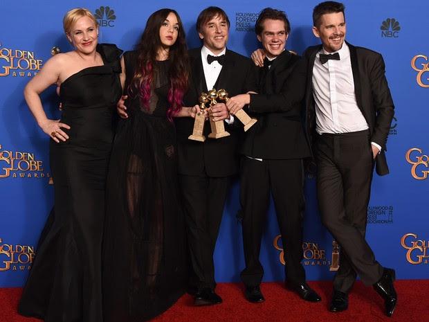 Diretor e atores de 'Boyhood' com os prêmios do Globo de Ouro. (Foto: Jordan Strauss/Invision/AP)