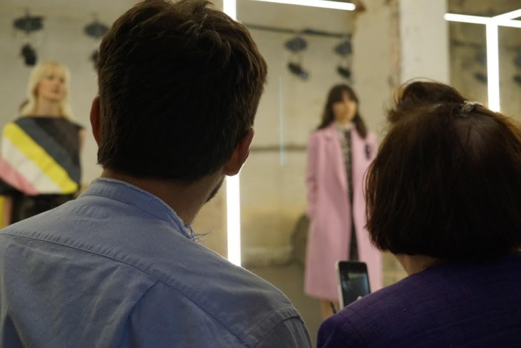 Giorgetti explica a sua coleção à jornalista Suzy Menkes