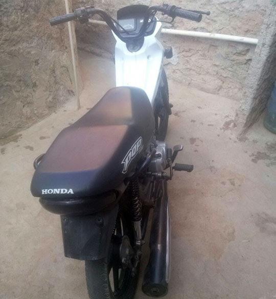 Moto foi encontrada sem placa e com escapamento e um dos pneus cortados