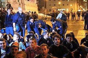 Indignati, dall'assedio a Bankitalia al sit-in da Tremonti con il drago dipinto
