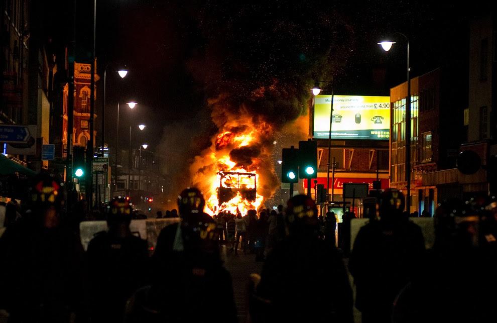 http://inapcache.boston.com/universal/site_graphics/blogs/bigpicture/london_riots/bp7.jpg