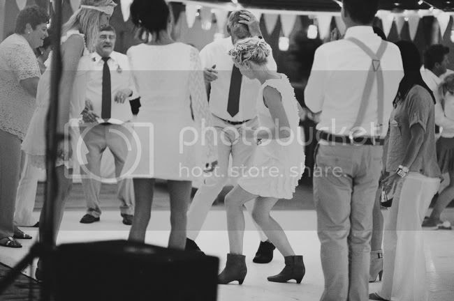 http://i892.photobucket.com/albums/ac125/lovemademedoit/welovepictures/StrandKombuis_Wedding_109.jpg?t=1324655202