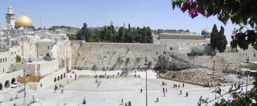Al centro delle tensioni. La cupola della roccia, alta 35 metri (come un palazzo di 12 piani) svetta sulla Spianata delle moschee. Fu costruita dal califfo Abd al Malik fra il 687 e il 691.