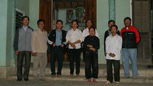 Hai người phụ nữ mặc áo trắng là hai bà mẹ của Trần Hữu Đức và Đậu Văn Dương