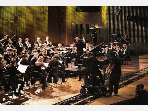 Kammerphilharmonie mit Kamera: Paavo Järvi dirigiert im Pier 2 Schumanns Sinfonien.