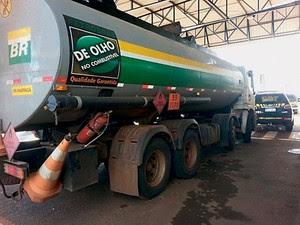 QUALIDADE GARANTIDA Caminhão-tanque, flagrado com 3 toneladas de maconha (Foto: Reprodução)