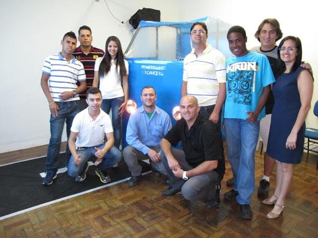 Alunos e professores responsáveis pela criação do projeto fizeram criaram um ônibus (Foto: Mariane Rossi/G1)