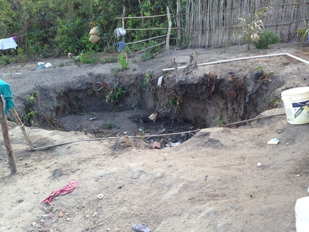 Barreiro onde é depositado o lixo em casa de Belágua, MA (Foto: Clarissa Carramilo / G1)