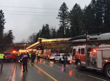 Trem descarrila em cima de rodovia americana e deixa mortos em Washington