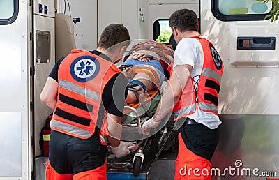 Γυναίκα μετά από το ατύχημα μέσα στο ασθενοφόρο