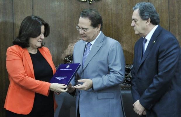 A ministra Miriam Belchior entrega ao presidente do Congresso, senador Renan Calheiros (PMDB-AL), o projeto de lei orçamentária (Foto: Geraldo Magela / Agência Senado)