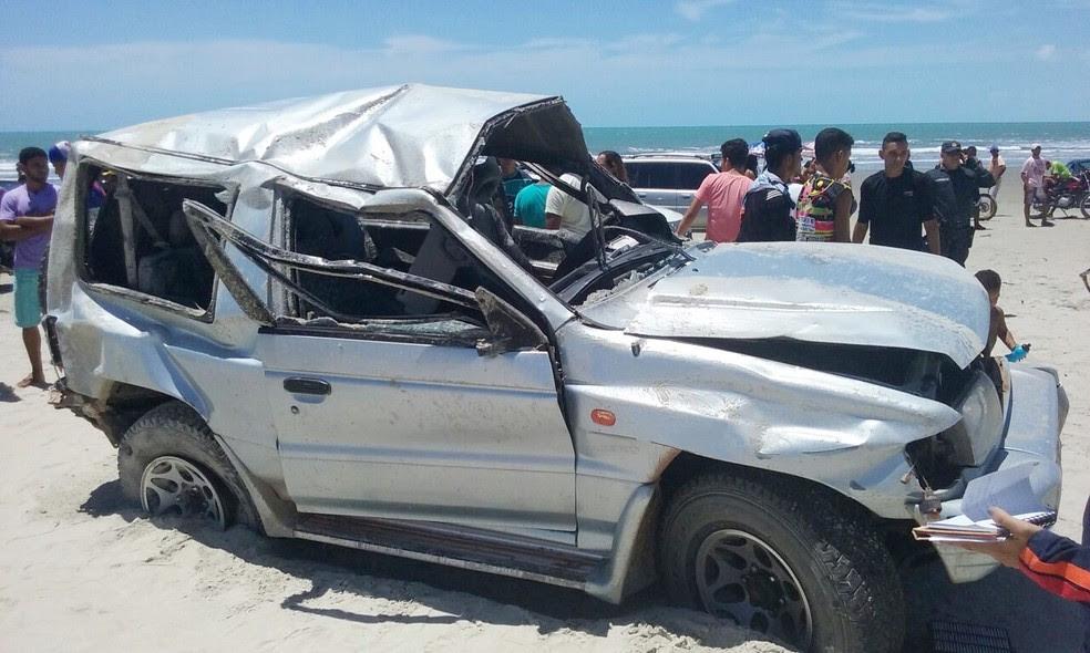 Carro capotou na beira da praia. Segundo a polícia, veículo fazia uma trilha de rally (Foto: PM/Divulgação)