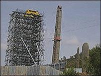 El obelisco fue rodeado con andamios para  ser reensamblado