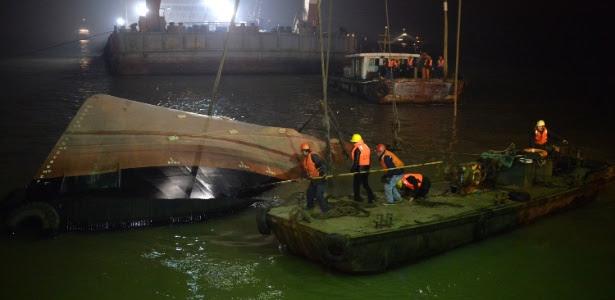 Equipe de resgate recupera embarcação que naufragou ontem no rio Yangtsé, na China