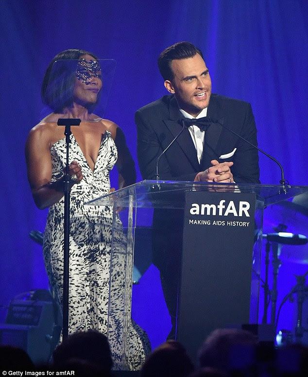 """Honrando seu amigo: Angela se juntou torcedor amFAR estrela da Broadway e de longa data Cheyenne Jackson no palco;  mais tarde ele twittou que estava """"orgulhoso"""" para apoiar a caridade"""