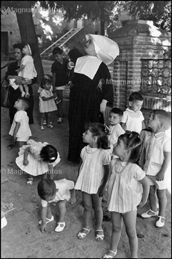 Niños en un Orfanato de Toledo. Fotografía de Henri Cartier-Bresson en 1963.  Magnum Photo