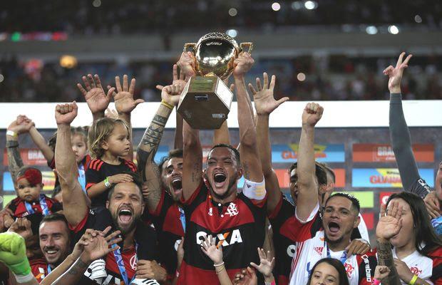 Réver levanta a taça de campeão do Estadual do Rio ao lado de outros jogadores do Flamengo