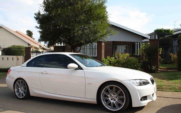 Carrão estacionado em frente a uma boa casa de Soweto