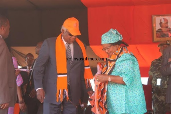Chakuamba being decorated by former president Banda in PP regalia
