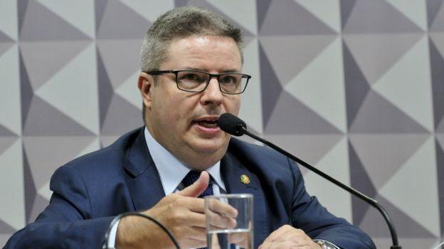 Anastasia concluiu que há provas de que Dilma cometeu crime de responsabilidade