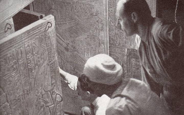 Momento en el que Howard Carter descubre el sarcófago de Tutankamón, 1922.