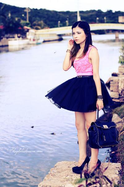Black-bag-bubble-gum-top-black-skirt-black-pumps