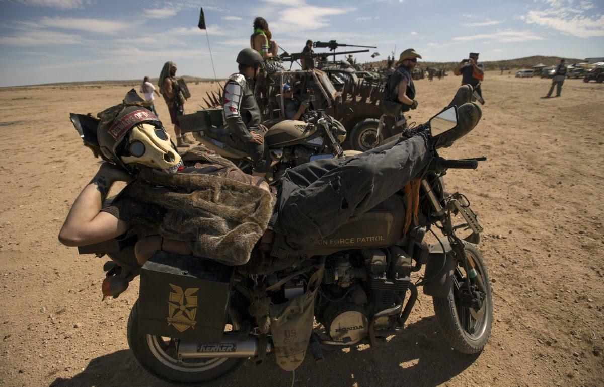 """Fãs de """"Mad Max"""" constroem seu próprio mundo pós-apocalíptico no meio do deserto 14"""
