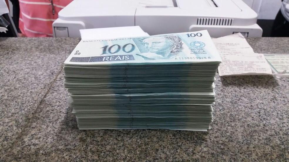 Mulher de 26 anos é presa com R$ 60 mil em notas falsas em  Vargem (Foto: Divulgação/PRF)