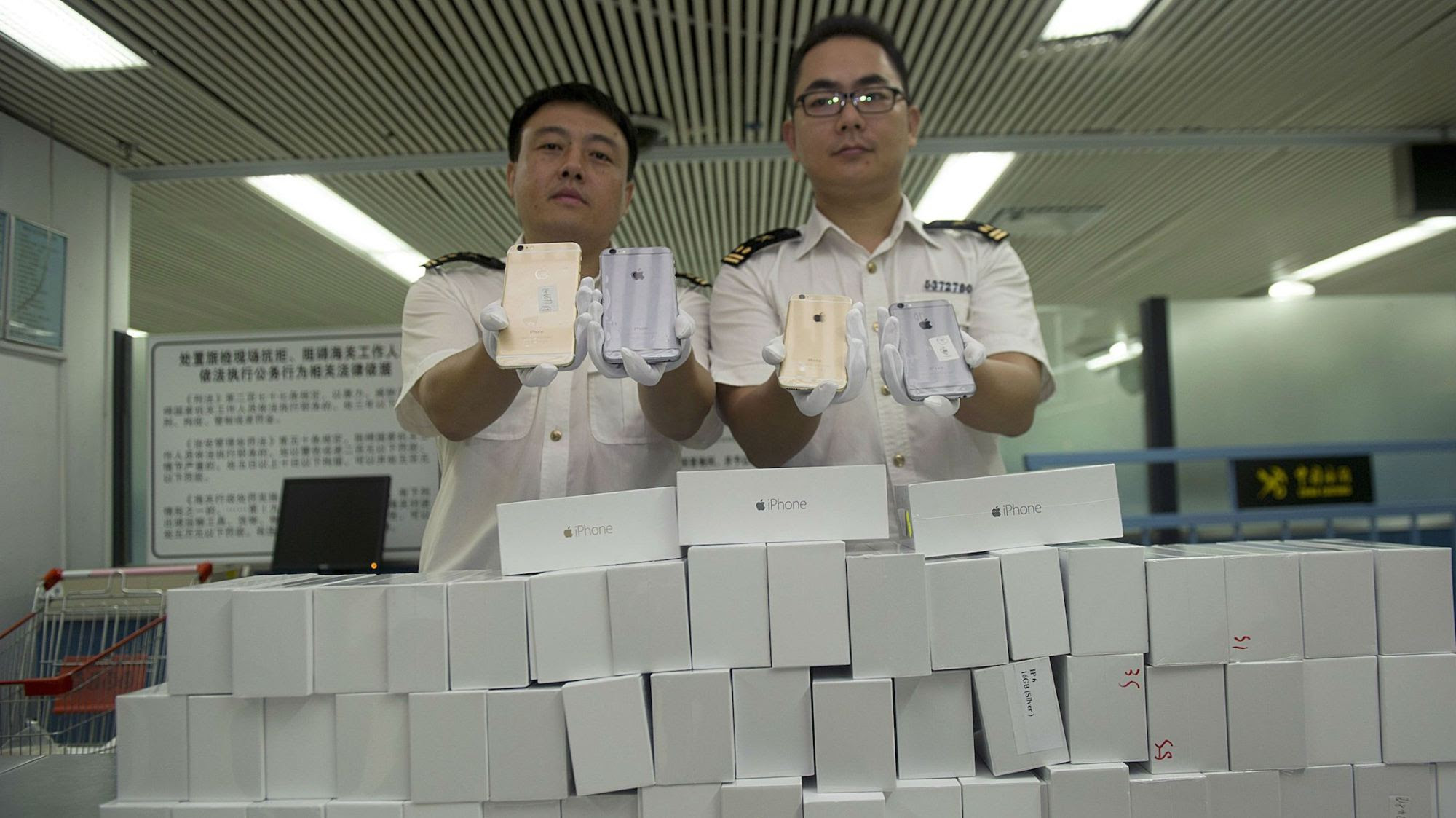 iphone-smuggling-hk-web-1