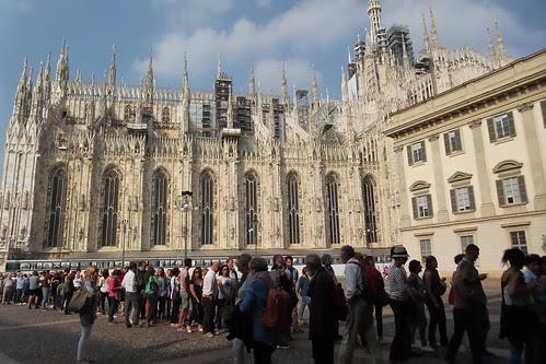 La fila fuori da #PalazzoReale by Ylbert Durishti