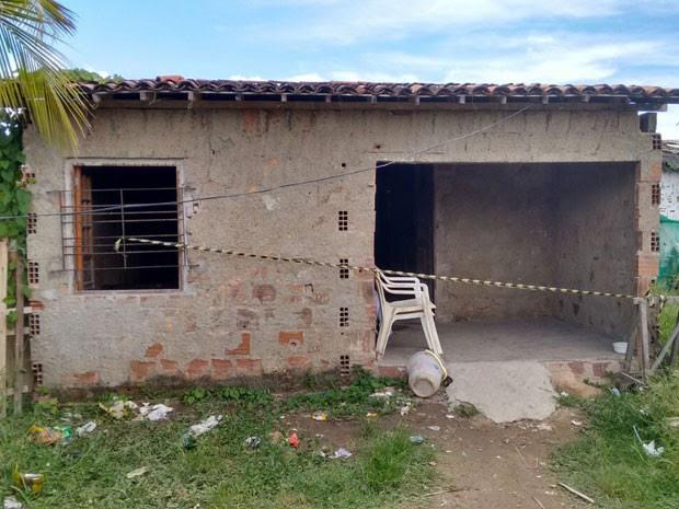 Mulher foi à casa da irmã, nas proximidades, e deixou os três filhos sozinhos em casa. (Foto: Everaldo Silva / TV Globo)