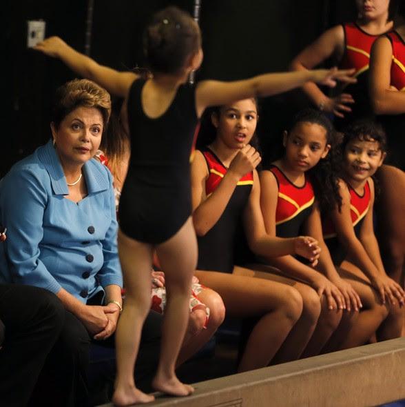 Dilma assiste a uma apresentação de ginástica artística em São Paulo. A presidente ampliou a agenda no estado, durante o segundo turno, para diminuir a vantagem de Aécio Neves