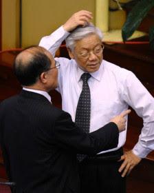 Tổng Bí thư Nguyễn Phú Trọng và Chủ tịch Quốc hội Nguyễn Sinh Hùng tại kỳ họp Quốc hội hồi tháng Sáu năm 2012