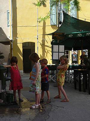 enfants et fontaine.jpg