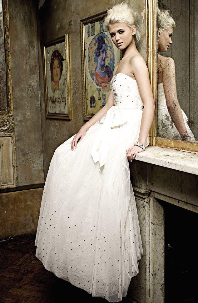 Ice queen: Danielle Harold parece impressionante em um creme assoalho-comprimento, vestido sem alças e perfeito up-do - um mundo longe de sua personagem Walford