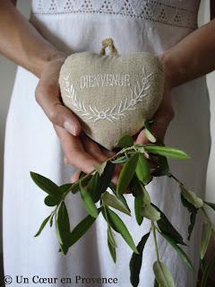 Cœur en lin et rameau d'olivier