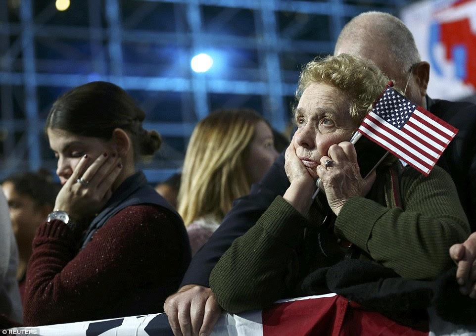 Uma mulher olha enquanto resulta aguardando eleição na reunião de Clinton na terça-feira