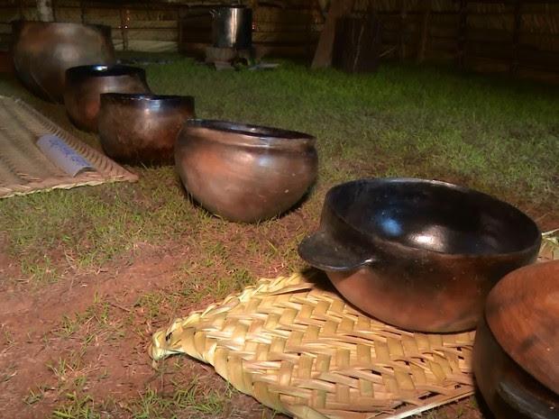 Panelas de barros feitas por índigenas estão expostas no local (Foto: Rede Amazônica/ Reprodução)