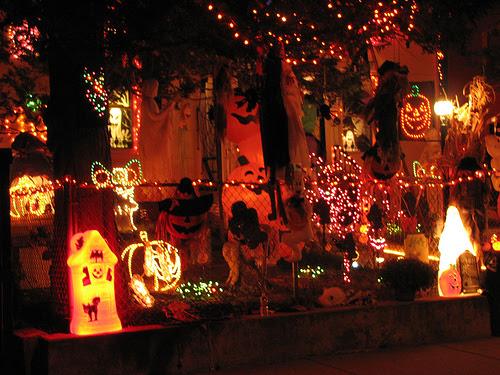tiny terror 11 craziest halloween decorated homes - Halloween Decorated Homes