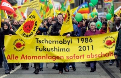 """Manifestação junto à central de Gronau, na Alemanha. Na faixa pode ler-se: """"Fecho imediato de todas centrais nucleares"""" - Foto de Henning Kaiser/Epa/Lusa"""