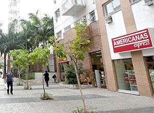 Pessoas caminham junto a filial da gigante do varejo Lojas Americanas no centro do Rio