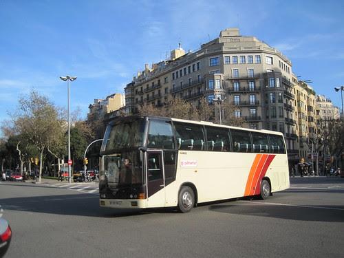 Autocar circulant pel Passeig de Gràcia de Barcelona