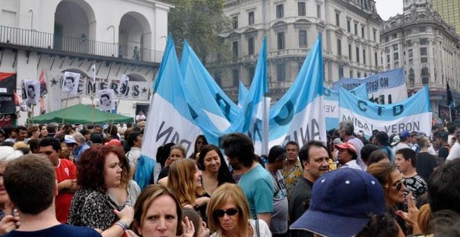 Vista general de la manifestación celebrada en Buenos Aires para conmemorar el 42 aniversario del golpe de Estado.