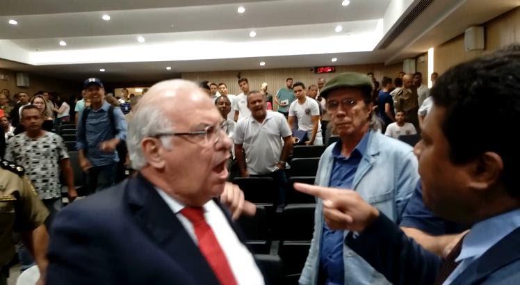 Briga entre os deputados Joel da Harpa (PTN) e Zé Maurício (PP) ocorreu em meio à audiência sobre o Pacto Pela Vida / Foto: Paulo Veras/Especial para o JC