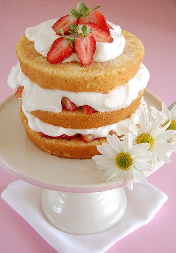 Sky high strawberry shortcake / Bolo de camadas com morangos e chantilly